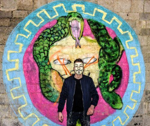 grafiti,konstrukcija,Anoniminis,vyras,jos,juodi plaukai,purvas,tyrinėti,tyrėjas,menas,gatvė,miesto,kaukė,berniukas,paauglys,kietas,Patinas,Saunus,jaunimas,gyvenimo būdas,tyrinėti,įsilaužėlis