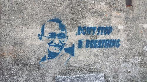 grafiti,gandhi,siena,nesustok,kvėpuoti,trafaretas,dažyti,sakydamas,miesto