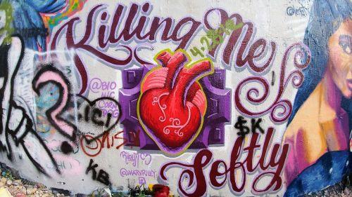 grafiti siena,austin texas,austin,atx,grafiti,ryskios spalvos,lauke,meno kūriniai,kultūra,stilius,vandalizmas,purškiami dažai,dažyti,miesto,širdis