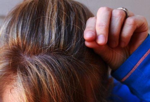 pilki plaukai,Žili plaukai,senėjimo požymiai,šviesūs plaukai,plaukai plaukai,senas,plaukai,amžius,vyresni,kaukazo,moteris,senėjimas,Moteris,pirmi pilka plaukai,vidutinio amžiaus,40s,penkiasdešimt,galva,pabrėžia