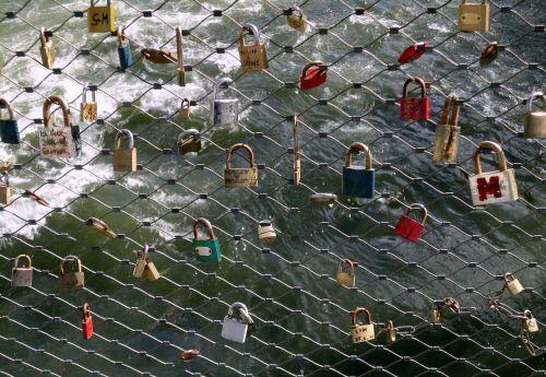 Graz,tiltas,pilys,meilės spynos,atmintis,turizmas,įsimylėti,mėgėjai