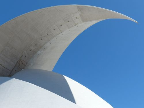 puiku,stogo viršus,pjautuvo forma,muschelförmig,stogas,auditorius Tenerifė,Tenerifės auditorija,salė,auditorija,kongresų salė,koncertų salė,architektūra,pastatas,santa cruz,Tenerifė,Kanarų salos,balta,Santa Cruz de Tenerife,avangardo,dizainas,Santiago Calatrava,orientyras