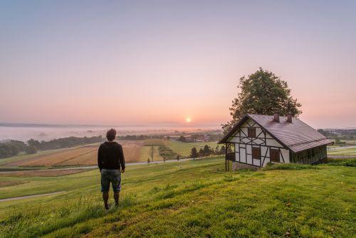 žalias,žolė,laukai,kaimas,kaimas,namas,Miestas,kaimas,dangus,saulėlydis,vaikinas,vyras,žmonės,lauke