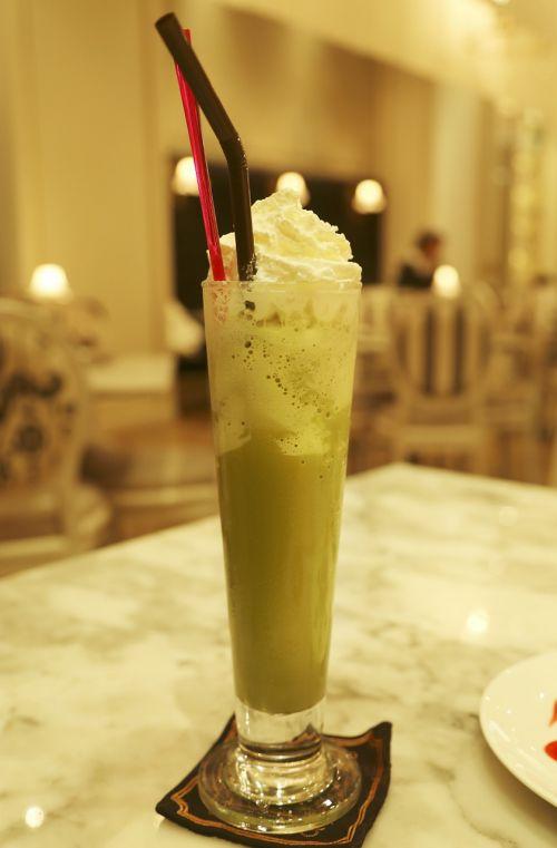 Žalioji arbata,arbata,Tailando arbata,tajų ledinė arbata,žalias,gerti,pienas,kreminės,kavinė frappé,suplakti,stalas,stiklas