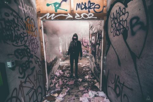 Grunge,grafiti,siena,menas,žymėjimas,žymes,grafiti siena,purkšti,dažyti,miesto,miestas,paliktas,hoodie,gaubtas