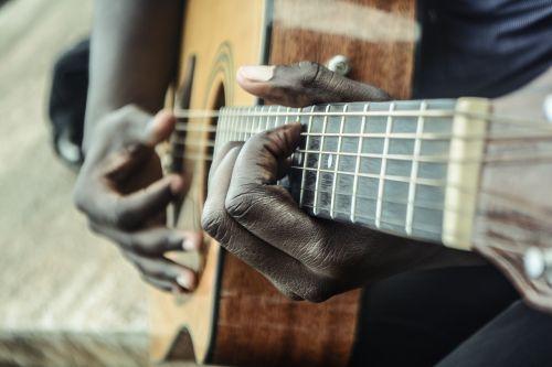 gitara,muzikantas,muzikinis,rankos,afroamerikietis,instrumentai