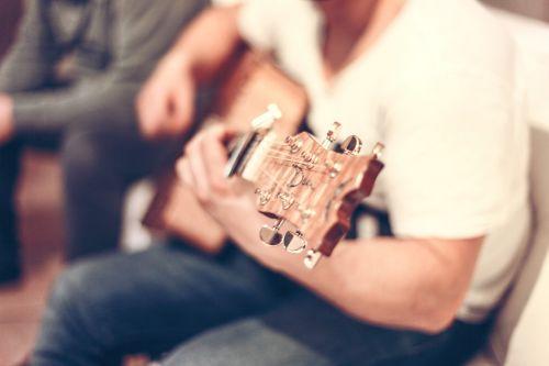 gitara,gitaristas,vyras,žaidėjas,akordai,muzika,žaisti,žaisti,talentingas,muzikantas,instrumentas,jaunas,menininkas,spektaklis