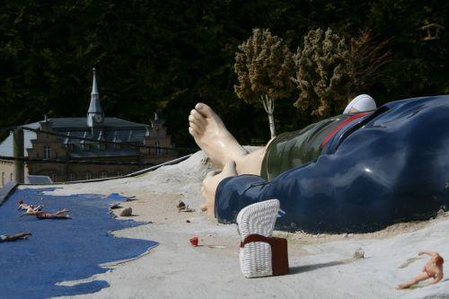 gulliveris,papludimys,paplūdimys,pėdos,plaukikas,smėlis,milžinas,Baltijos jūra,šventė,jūra,smėlio paplūdimys