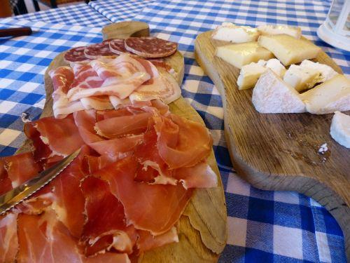 kumpis,dešra,Salami,sūris,kietas sūris,Camembert,Ožkos sūris,karvės pieno sūris,žalio pieno sūris,lenta,vakarėliai,vesperbrett,rūkyta,skanus,mėsa,frisch,supjaustyti,diskai,Bavarian,esminis,tikras
