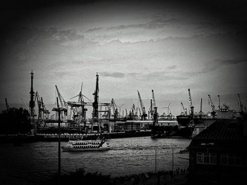 hamburgas,uostas,laivai,Elbe,hamburgo uostas,Hamburg landungsbrücken,Landungsbrücken,vanduo,Hanzos miestas,kranai,šiaurinė Vokietija,miestas,juoda ir balta,uosto miestas