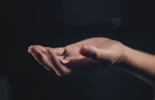 ranka,delnas,šviesa,ranka rankon,rankinis ūkis,žmogus,kartu,jaunas,tatuiruotė,moteris,Moteris,mergaitė,atviras,tamsi,fonas