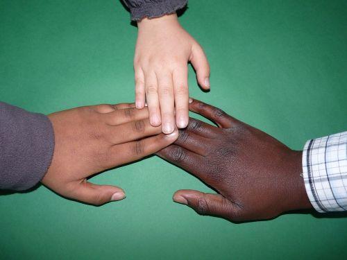 ranka,vaikai,vaikas,vaiko rankos,rankos,pasitikėjimas,komunikacija,harmonija,sanglauda,žmogus,bendruomenė,kartu,bendradarbiavimas,komandos dvasia,spalvoti žmonės,afrika,integracija,mokykla