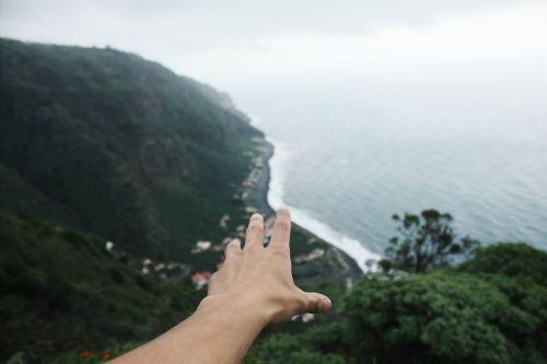 ranka,pasiekti,vaizdas,suvokti,pasiekti,prisiliesti,antena,oro vaizdas,Madeira sala,sala,Madeira,portugal,kranto,pakrantė,vanduo,vandenynas,Hillside,kalvos