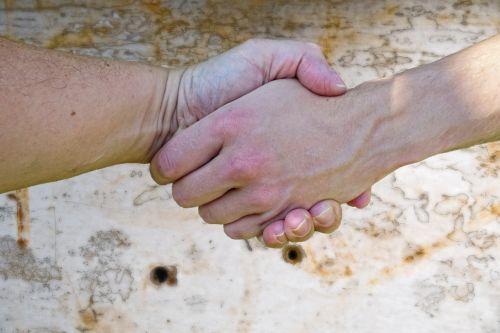 ranka,rankos,rankos judesys,žmogus,sulaikymas,ranka rankon,paimti ranką,pirštas,oda,vyrai,antspaudas,sutartis,tėvas ir sūnus,saugumas,pasitikėjimas,šaudyti ramybę,taika,sutartys,purtant rankas