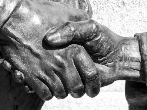 ranka,statula,statulos rankos,bronza,bronzos statula,plaza,paminklas,gatvių statula,metalas