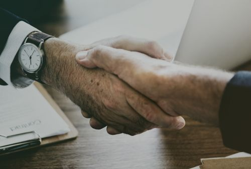 ranka, verslas, pasiekimas, susitarimas, aljansas, amerikietis, amerikietis, bičiulis, verslo susitarimas, verslo sandoris, Verslo žmonės, kaukazo, Iš arti, bendradarbiauti, bendradarbiavimas, kompanionas, bendrovė, prijungtas, bendradarbiavimas, įmonės, spręsti, įvairovė, pasveikinimas, rankos, rankos judesys, pagalba, laikyti, prisijungti, valdymas, organizacija, dalyvavimas, partnerystė, žmonės, santykis, rusų, paspausti rankas, purtant rankas, strategija, kostiumas ir kaklaraištis, parama, komanda, komandinis darbas, kartu, bendravimas, rizikuoti, vakarietiškas, baltos apykaklės darbuotojas, be honoraro mokesčio