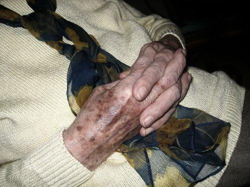 rankos,moteris seni,amžius,amžiaus dėmės,melstis,kartus,sulankstytas,atsipalaidavimas,atsipalaidavęs,senelių namai,rezidentas,pagyvenusių žmonių priežiūra,senjoras,senatvė,senas vyras