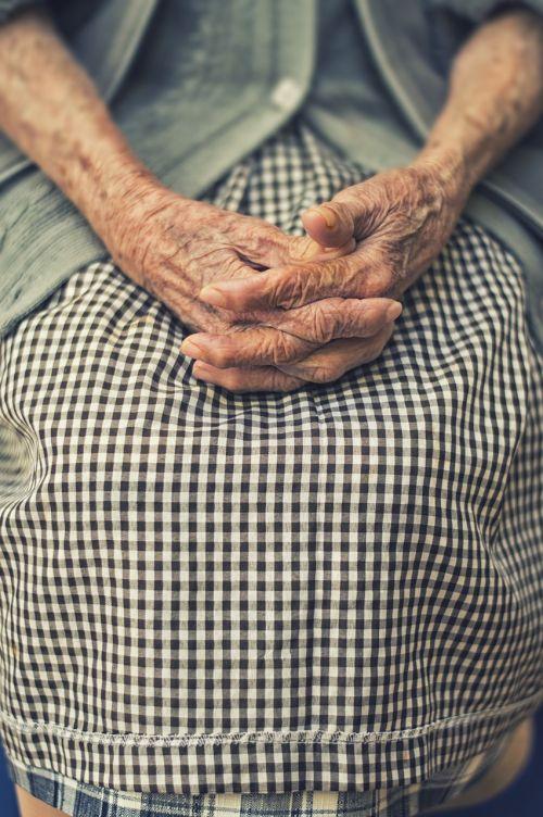 rankos,sulankstytas,moteris,senas,pirštas,poilsio,malda,raukšlės,raukšlėtas,sijonas,prijuostė,amžius,amžius,pirštai,kriauklė