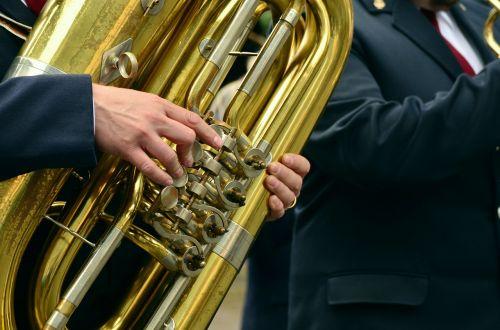 rankos,muzikinis instrumentas,tuba,dūdų orkestras,einantis,vario instrumentas,vėjo instrumentas,pūstuvai,tradiciškai,muzikos grupė,Žalvaris,muzika,lakštas,auksinis,auksas,muitinės,orkestras