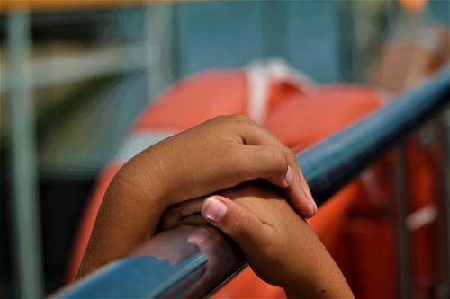 rankos,sulaikymas,vaikas,ranka