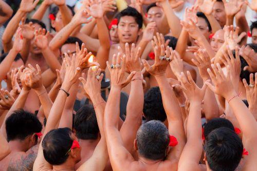 rankos,bali,uluwatu,šokių šou,Balio šokis,tradicija,Feuertańz,beždžionių šokis,kultūra,kecak,kelionė,Indonezija,tradiciškai,kecak šokis,religija