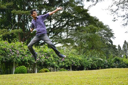 laimingas,laiminga nuotaika,džiaugsmas,šokinėti,jaunimas,sri lankan,berniukas,džinsai,Šri Lanka,ceilonas