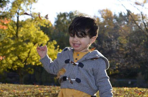 laimingas berniukas,ruduo,laimingas,berniukas,linksma,laimė,parkas,mielas,berniukas,spalvinga,šypsena,žaisti,gamta,kūdikis,žmonės,kritimas,veidas,lapai,džiaugsmas,geltona,portretas,mada,šypsosi,sezonas,žavinga