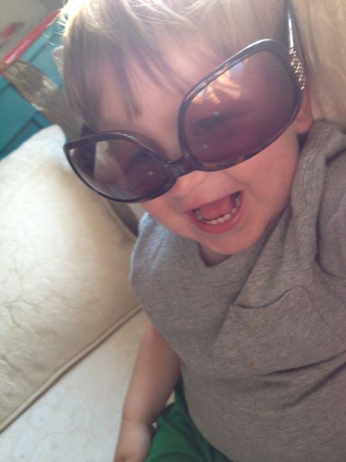 berniukas, akiniai nuo saulės, laimingas, vaikas, linksma, laimingas berniukas