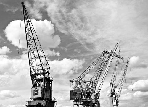 uosto kranai,dangus,debesys,industrija,uostas,kranai,laivyba,pakrovimo kranai,prekių gabenimas,transportas,generalinis krovinys,pakrovimas,iškrovimas,pakrovimas ir iškrovimas
