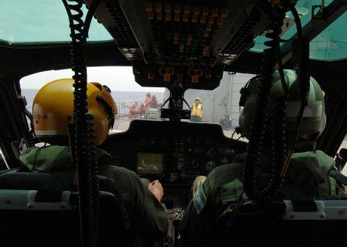 sraigtasparnių pilotai,kabinos,preparatai,paleisti,skrydžio kabina,laivas,kilti,purentuvas,aviacija,kontrolės kontrolė,orlaivis