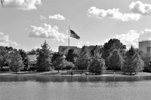 Hermano parkas,Houstonas,texas,romantiškas,mėgėjai,medžiai,harmonija,taika,amerikietis,Amerikos vėliava,pasididžiavimas,meilė,pora,laimingas,vyras,laimė,valentine,vasara,važiuoti,romantika,santykiai,vanduo,žmonės,gamta,upė,kartu,ežeras,gyvenimo būdas,data,Irklavimas,berniukas,juoda ir balta,parko suoliukas,šeima,vaikai,vaikas,grupė,juoda,balta,jaunas,draugai,Draugystė,atsitiktinis,stovintis,Patinas,Moteris,platus,horizontalus,atstumas,ilgas atstumas,žolė,kelias,takas,mielas,harmoningas