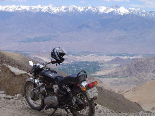 didžiausias varomasis kelias,piligrimystė į karališkąjį enfield,kardungla pass,leh,Ladakh,nubhra slėnis,nubra,vienatvė,peizažas,kraštovaizdis,kašmyras,didžiausias,greitkelis