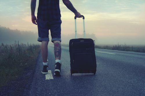 keliautojas,keliautojas,kelionė,kelionė,vyras,eina,lagaminas,tatuiruotės,tatuiruotė,šortai,saulėtekis,kelias,klajoti,Himmel