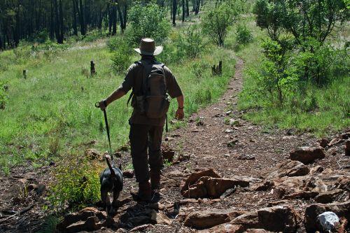vyras, asmuo, šuo, keliautojas, žygiai, gamta, keliautojas su šunimi