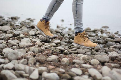 žygiai,vaikščioti,pėsčiųjų batai,Žygio batai,vaikščiojimo batai,akmenys,akmenukai,vanduo,upė,upelis,srautas,asmuo,moteris,moterys,mergaitės,vaikščioti žmonės,moteris eina,Sportas,veikla,aktyvus,pasivaikščiojimas,veikla lauke,lauko veikla,Moteris,sveikas,aktyvus gyvenimo būdas,suaugęs,turistinis,kelionė