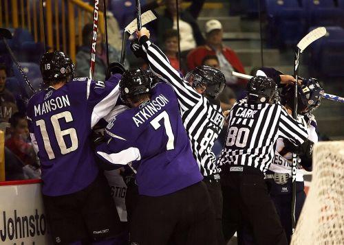 ledo ritulys,teisėjas,ledo ritulio arbitrai,kovoti,pasikeitimas,bausmė,Sportas,žaidėjas,ledas,veikla,Ledo ritulio lazda,šalmas,žaidimas,ledo ritulio žaidėjas,ledo ritulys,kyla,komanda,veiksmas,Stick,arena,ledo ritulys,vyrai,sportininkas,sporto pareigūnai,zebras