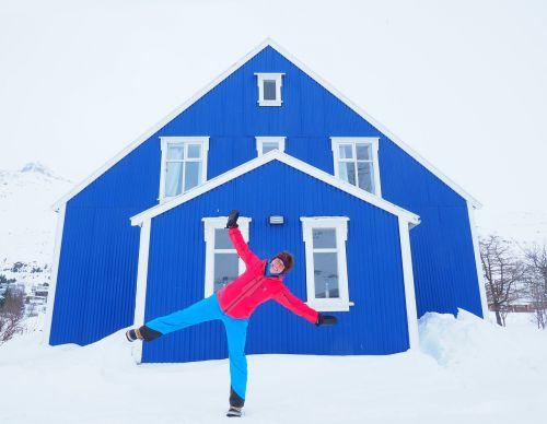 namai, mėlynas, spalvinga, architektūra, iceland, senoji vaistinė, akureyri, asmuo, žmogus, linksma, sniegas, žiema, pastatas, gaudy, labai spalvinga, ryškiai mėlynas, balta, mėlyna balta, balta mėlyna, kontrastas, pasilinksmink, be honoraro mokesčio