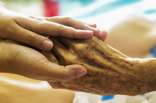 ligoninė,ranka rankon,rūpintis,priežiūra,parama,senyvo amžiaus,pagalba,senoji ranka,slaugytoja,slauga,pagyvenę žmonės,amžius,senėjimas,vyresnioji globa,padėti rankai,rūpestingos rankos,ūkis
