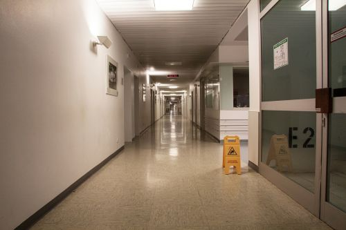 ligoninė,grindys,gauja,platus,labai ilgas,warnschild,e2,ženklas,grindų ženklinimas,durys,Pabegti,naktis,apšvietimas,šviesa,Saunus,dirbtinė šviesa,Trist