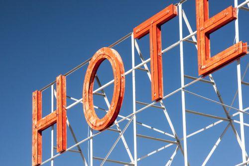 viešbutis,ženklas,reklama,neono reklama,šviečianti reklama,skelbimas,svečių namai,raidės,oranžinė,mėlynas,dangus