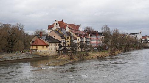 namai,upė,regensburgas,medžiai,seni namai,tradicija,spalvingi namai,vokiečių namai,kraštovaizdis