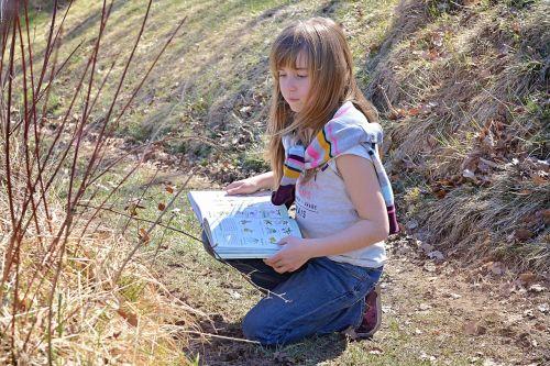 žmogus, vaikas, mergaitė, blondinė, ilgi plaukai, knyga, skaityti, Teirautis apie, Pažvelk, botanika, pieva, gamta, gamtos takas, pavasaris