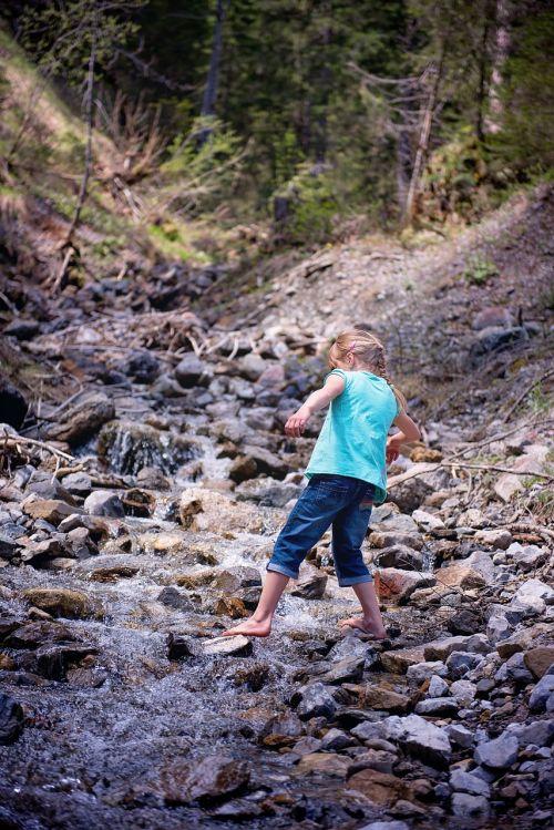 žmogus,asmuo,vaikas,mergaitė,basas,Bachas,natūralus srautas,vanduo,vandenys,natūralūs vandenys,akmenys,gamta,out
