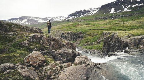 iceland,žygiai,gamta,vienas,kraštovaizdis,pasivaikščiojimas,kalnas,Highlands,vaizdingas,peizažas,Europa,vanduo,srautas,keliautojas,keliautojas,kalnai,uolos,slėniai,laukai,sniegas,akmenys,lauke,žygis,kelionė,takas,keliautojas,vyras,atgaline data,kuprinė,kuprinė,žalias,žolė