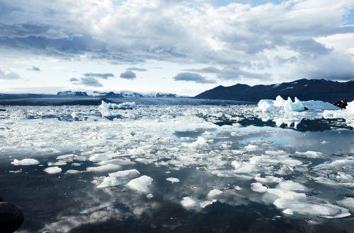 iceland,ledynas,ledkalnis,plūdės,šaltas,ledas,arktinė,kraštovaizdis,gamta,vanduo,mėlynas,jokulsarlon,ežeras,lagūnas,ledinis,sušaldyta,icelandic,kelionė,užšaldyti,ledinis,aplinka,plaukiojantieji,fjallsarlon,ledinis,lydalo vanduo,kalnai,sniegas,žiema,debesys,dangus