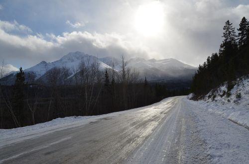ledinis kelias,kalnas,saulė,pušys,kelias,sniegas,ledas,šaltas,žiema,ledinis,gamta,dangus,lauke,scena,greitkelis