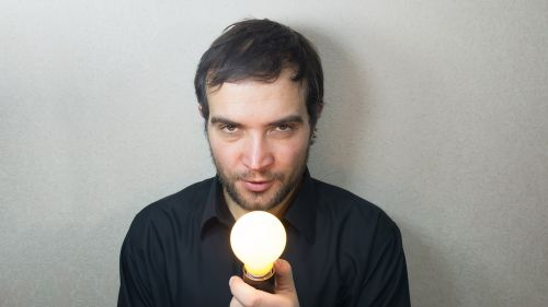 idėja,koncepcija,lemputė,šviesus,nudegimai,vyras,gražus,vaikinas,laiko,patrauklus,europietis,jaunas,smegenys,aš turiu idėją