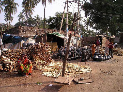Indija,skurdas,turgus,prekyba gatvėmis,puodai,malkos,prekyba