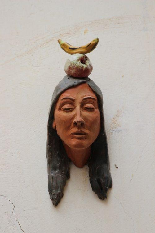indėnai,galva,biustas,molio figūra,keramika,bananas,obuolys,vaisiai,natiurmortas,siena,menas