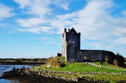 Airija,galway,dunguaire,pilis,jūra,vandenynas,debesis,saulė,saulėtas,saulės šviesa,diena,kranto,атлантический,akmuo,purvas,purvinas,žolė